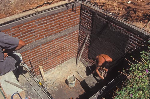 Finishing off the cistern's brick walls, Alamos, Sonora, Mexico.  Photo by Anders Tomlinson.