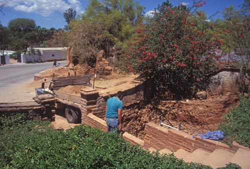 Victor oversees construction of a cistern, Alamos, Sonora, Mexico.  Photograph by Anders Tomlinson.