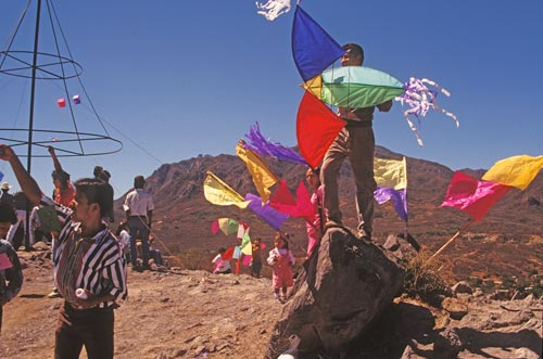 Flyers work their kites on a western wind, Alamos, Sonora, Mexico. Photo by Anders Tomlinson.