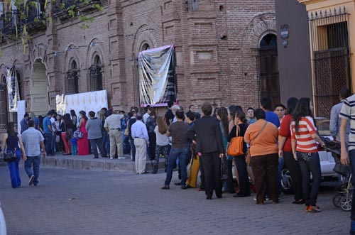 line of people waiting outside the Palacio, Alamos, Sonora, Mexico to watch the film festival.  photo by Joel Gastélum