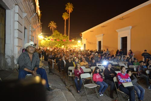 Outdoor Cine on a plaza side street.  photo - Joel Gastélum.  alamos, sonora, mexico.