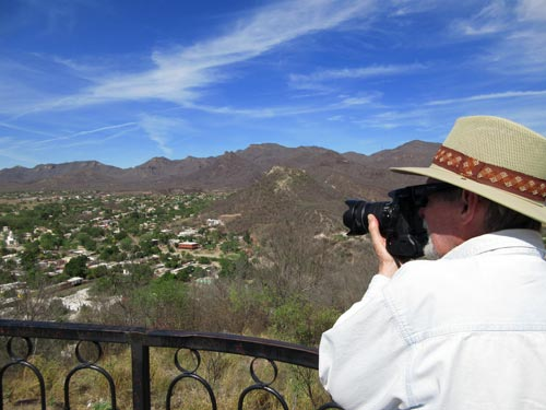 Anders Tomlinson taking photos in Álamos, Sonora, 2017. Photo by Antonio Figueroa.